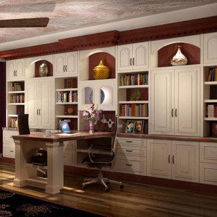 Ispirazione per un ufficio classico di medie dimensioni con pareti rosse, parquet scuro, nessun camino, scrivania incassata e pavimento rosso