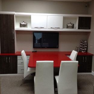Immagine di un ufficio minimalista di medie dimensioni con pareti gialle, moquette, nessun camino, scrivania autoportante e pavimento blu