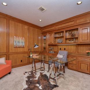 ヒューストンの中くらいのサンタフェスタイルのおしゃれな書斎 (茶色い壁、カーペット敷き、暖炉なし、自立型机、ベージュの床) の写真
