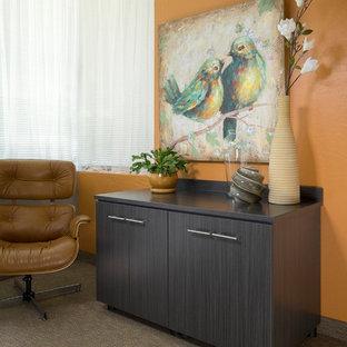 Foto di un ufficio moderno di medie dimensioni con pareti arancioni, pavimento in bambù e scrivania incassata