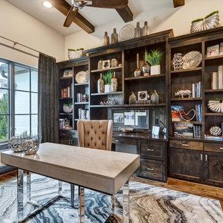 Cette photo montre un bureau chic avec un mur blanc, un sol en bois brun, un bureau indépendant, un sol marron et un plafond en poutres apparentes.