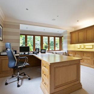 Idée de décoration pour un très grand bureau tradition avec un mur multicolore, moquette, aucune cheminée, un bureau intégré et un sol blanc.