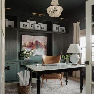 Ejemplo de despacho clásico renovado, de tamaño medio, sin chimenea, con paredes verdes, suelo de madera clara, escritorio empotrado y suelo beige