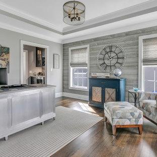 Неиссякаемый источник вдохновения для домашнего уюта: рабочее место в стиле современная классика с серыми стенами, паркетным полом среднего тона, отдельно стоящим рабочим столом, коричневым полом, многоуровневым потолком и деревянными стенами без камина