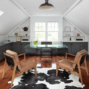 ボストンのカントリー風おしゃれな書斎 (白い壁、濃色無垢フローリング、暖炉なし、自立型机、茶色い床) の写真