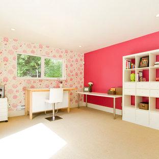 Ispirazione per una grande stanza da lavoro contemporanea con pareti rosa, moquette e scrivania autoportante