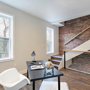 他の地域の中くらいのカントリー風おしゃれな書斎 (ベージュの壁、濃色無垢フローリング、自立型机、茶色い床) の写真