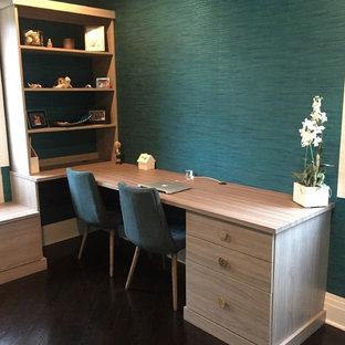 Immagine di un ampio ufficio minimal con pareti blu e parquet scuro