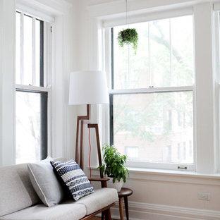 他の地域の中サイズのミッドセンチュリースタイルのおしゃれなアトリエ・スタジオ (白い壁、淡色無垢フローリング、暖炉なし、自立型机) の写真