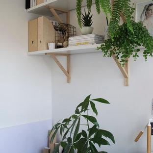На фото: с невысоким бюджетом маленькие рабочие места в скандинавском стиле с белыми стенами, ковровым покрытием и отдельно стоящим рабочим столом без камина