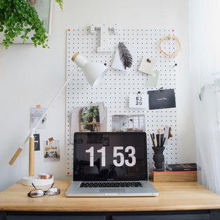 Идея дизайна: маленькое рабочее место в скандинавском стиле с белыми стенами и отдельно стоящим рабочим столом без камина