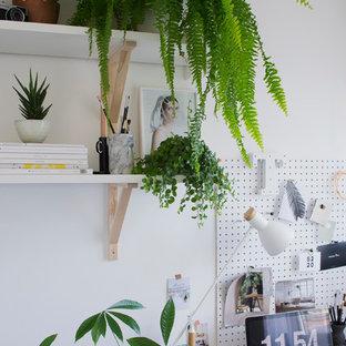 ケントの小さい北欧スタイルのおしゃれな書斎 (白い壁、暖炉なし、自立型机) の写真