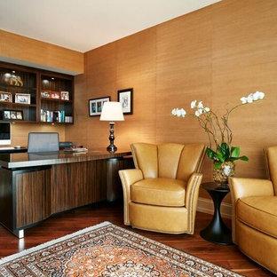 Idee per un grande ufficio contemporaneo con pavimento in legno massello medio, scrivania autoportante e pareti arancioni