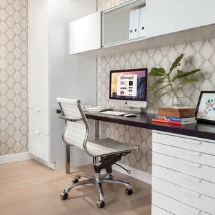 Mittelgroßes Klassisches Arbeitszimmer mit Studio, hellem Holzboden und freistehendem Schreibtisch in Vancouver
