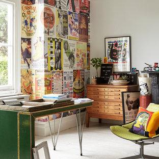 ロンドンのエクレクティックスタイルのおしゃれなアトリエ・スタジオ (マルチカラーの壁、白い床、塗装フローリング、自立型机) の写真