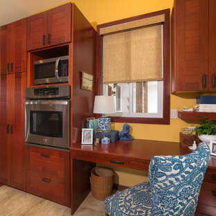 ハワイの広いアジアンスタイルのおしゃれなホームオフィス・書斎 (黄色い壁、セラミックタイルの床、造り付け机) の写真