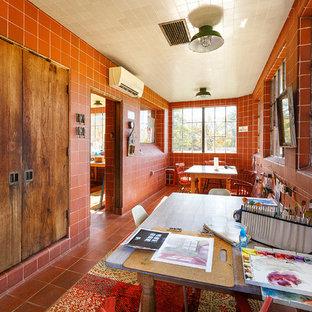 Свежая идея для дизайна: кабинет среднего размера в стиле кантри с местом для рукоделия, красными стенами, полом из терракотовой плитки, отдельно стоящим рабочим столом и красным полом без камина - отличное фото интерьера