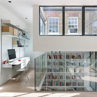 Стильный дизайн: рабочее место в скандинавском стиле с белыми стенами, светлым паркетным полом и встроенным рабочим столом - последний тренд