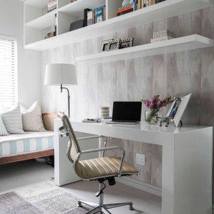 他の地域の中くらいのトランジショナルスタイルのおしゃれな書斎 (マルチカラーの壁、自立型机、グレーの床、壁紙) の写真