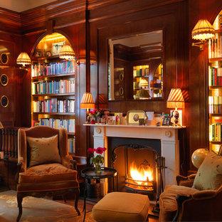Inspiration pour un bureau traditionnel avec un mur marron et un bureau indépendant.