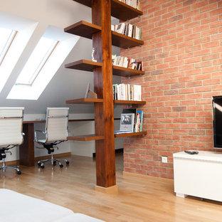 Ispirazione per uno studio design con scrivania incassata
