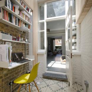 На фото: маленький кабинет в современном стиле с белыми стенами, встроенным рабочим столом и разноцветным полом без камина с