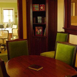 Diseño de despacho de estilo americano, de tamaño medio, con suelo de madera en tonos medios y escritorio independiente