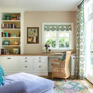 ロサンゼルスの中サイズのビーチスタイルのおしゃれなホームオフィス・仕事部屋 (ピンクの壁、淡色無垢フローリング、造り付け机、暖炉なし、茶色い床) の写真