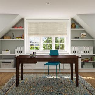 シアトルの中くらいのトランジショナルスタイルのおしゃれなホームオフィス・書斎 (グレーの壁、無垢フローリング、自立型机、黄色い床) の写真