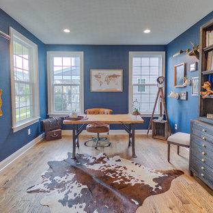 Ejemplo de despacho clásico renovado con paredes azules, suelo de madera en tonos medios, escritorio independiente y suelo marrón