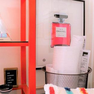 Источник вдохновения для домашнего уюта: домашняя мастерская среднего размера в стиле фьюжн с белыми стенами, ковровым покрытием, отдельно стоящим рабочим столом и бежевым полом