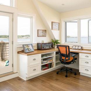 Esempio di uno studio costiero con scrivania incassata