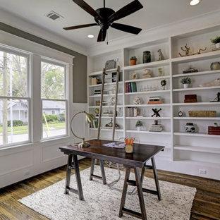 Foto de despacho de estilo americano, de tamaño medio, con paredes grises, suelo de madera en tonos medios, escritorio independiente y suelo marrón