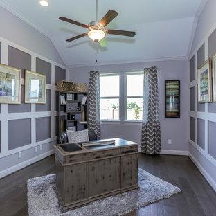 ヒューストンの広いおしゃれな書斎 (紫の壁、濃色無垢フローリング、自立型机、茶色い床) の写真