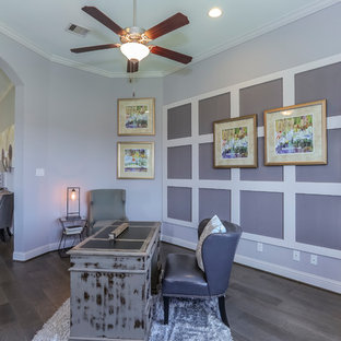Esempio di un grande ufficio con pareti viola, parquet scuro, scrivania autoportante e pavimento marrone