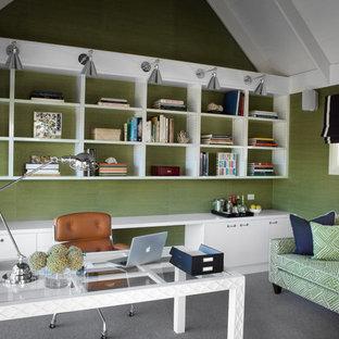 メルボルンのトラディショナルスタイルのおしゃれなホームオフィス・書斎 (緑の壁、カーペット敷き、自立型机) の写真