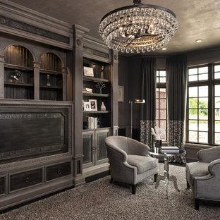 デトロイトの巨大なトラディショナルスタイルのおしゃれな書斎 (濃色無垢フローリング、自立型机、グレーの壁) の写真