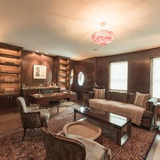 Esempio di un grande ufficio design con pareti marroni, pavimento in legno massello medio, camino classico, cornice del camino in cemento, scrivania autoportante e pavimento marrone