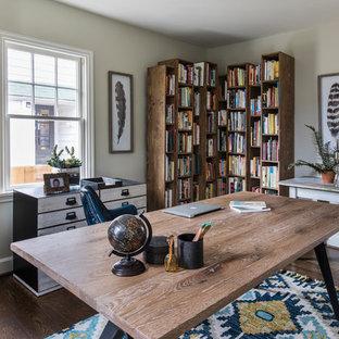 Создайте стильный интерьер: кабинет среднего размера в морском стиле с отдельно стоящим рабочим столом, бежевыми стенами, темным паркетным полом и коричневым полом без камина - последний тренд