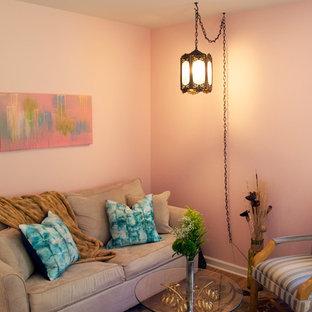 ニューヨークの小さいシャビーシック調のおしゃれな書斎 (ピンクの壁、クッションフロア、暖炉なし、自立型机) の写真