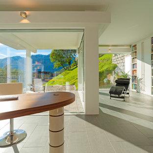 Foto di un atelier contemporaneo con pareti bianche, pavimento con piastrelle in ceramica e scrivania autoportante