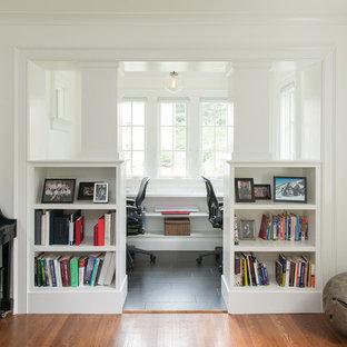 ワシントンD.C.の小さいトランジショナルスタイルのおしゃれな書斎 (白い壁、スレートの床、造り付け机、黒い床) の写真
