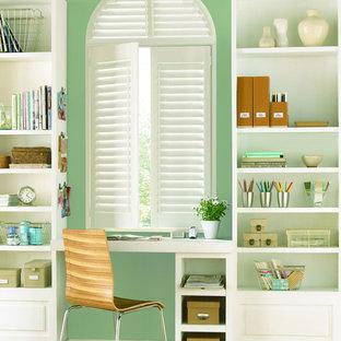 他の地域の小さいトランジショナルスタイルのおしゃれなホームオフィス・仕事部屋 (緑の壁、淡色無垢フローリング、造り付け机) の写真