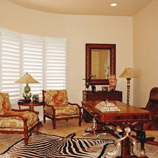 フェニックスの中くらいのトラディショナルスタイルのおしゃれな書斎 (ベージュの壁、セラミックタイルの床、暖炉なし、自立型机、ベージュの床) の写真