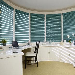 Inspiration pour un grand bureau traditionnel avec un mur gris, moquette, aucune cheminée, un bureau intégré et un sol beige.