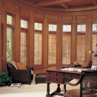 Idées déco pour un grand bureau classique avec un mur marron, moquette, aucune cheminée, un bureau indépendant et un sol blanc.