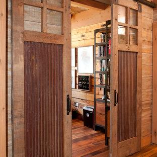 Exemple d'un bureau montagne de taille moyenne avec un mur marron, un sol en bois foncé, aucune cheminée et un bureau intégré.
