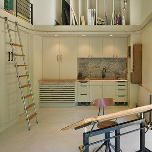 オースティンのコンテンポラリースタイルのおしゃれなアトリエ・スタジオ (白い壁、コンクリートの床、暖炉なし、自立型机) の写真