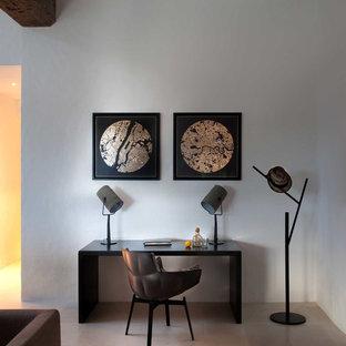 Idéer för att renovera ett litet medelhavsstil hemmabibliotek, med vita väggar, ett fristående skrivbord och klinkergolv i keramik