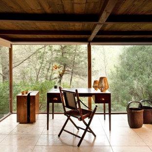 Esempio di un ufficio tropicale di medie dimensioni con pavimento in travertino, scrivania autoportante, pareti marroni e nessun camino